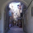 Una din străzile înguste din orașul vechi