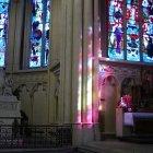 Reflexii ale vitraliilor în Catedrala St. Michel