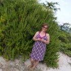 Dana rozMarin impresionată de cea mai mare tufă de rozmarin pe care a găsit-o