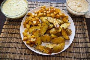 Cartofi, țelină și sosuri de iaurt