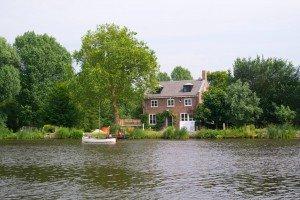 Case pe malul râului