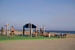Băieți făcând sport pe plajă