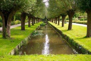 Canal care trece printre case