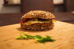 Burger vegetarian cu cartof dulce și quinoa