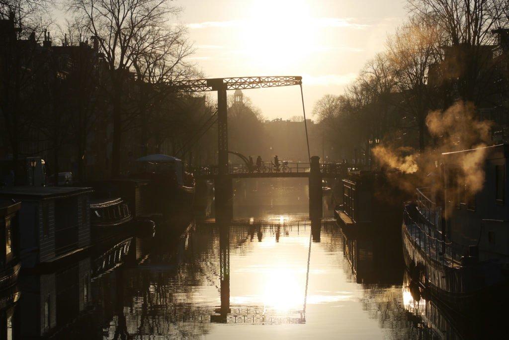 Dimineață de iarnă în Amsterdam