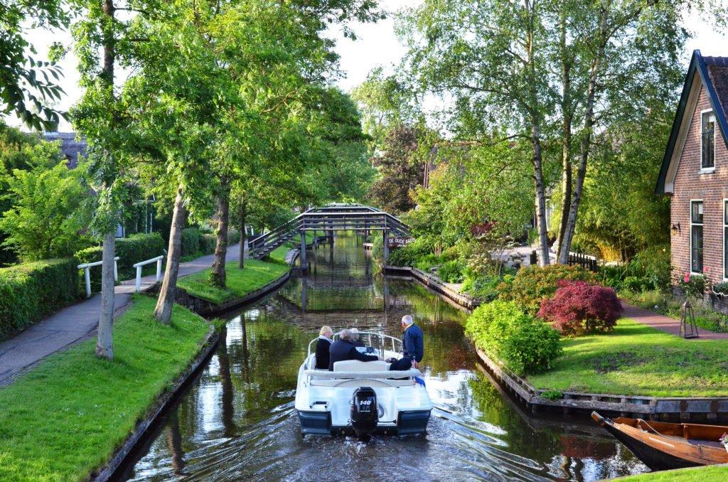Cu barca pe canalele din Giethoorn