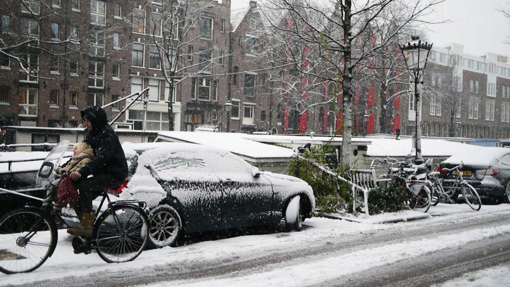 Cu bicicleta pe zăpadă