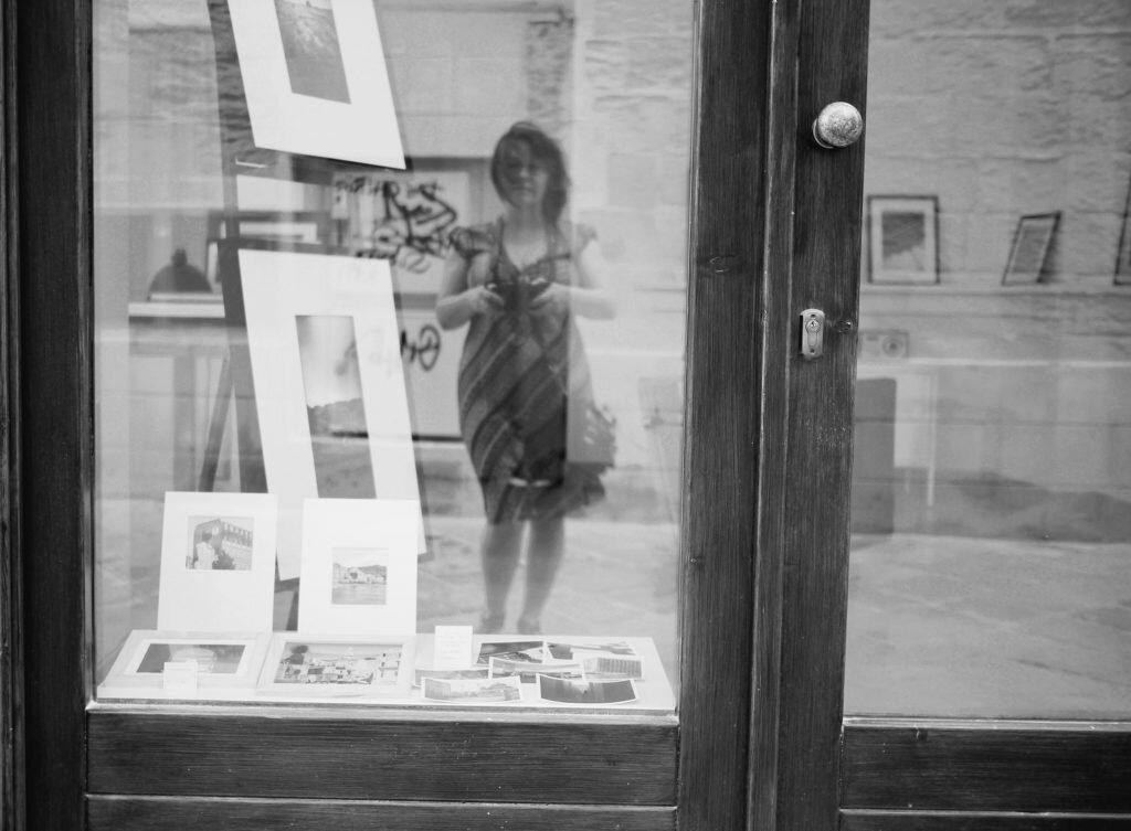 portret in vitrina