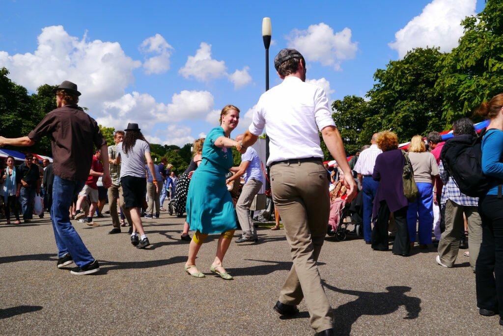 Dans în parc