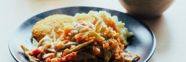 Obsesia culinară a verii: păstăi late cu sos de roșii și piure